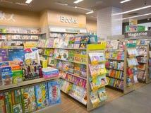 春武里市,泰国, 2017年8月:泰国动画片和杂志书店  库存照片