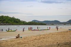 春武里市,泰国- 2017年7月08日:演奏海滩的人民在 免版税图库摄影