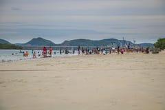 春武里市,泰国- 2017年7月08日:演奏海滩的人民在 库存照片