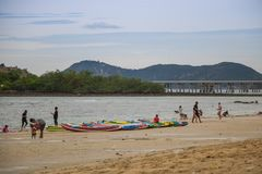 春武里市,泰国- 2017年7月08日:演奏海滩的人民在 图库摄影