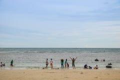 春武里市,泰国- 2017年7月08日:演奏海滩的人民在 免版税库存照片