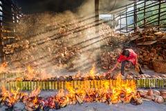 春武里市,泰国- 2016年4月, 10日:老妇人烧米roas 免版税库存照片