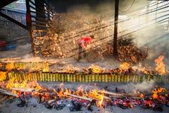 春武里市,泰国- 2016年4月, 10日:老妇人烧米roas 库存图片