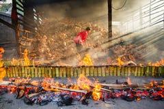 春武里市,泰国- 2016年4月, 10日:老妇人烧米roas 免版税库存图片