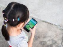 春武里市,泰国2016年9月2日:亚洲小女孩使用 免版税库存图片