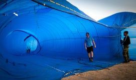 春武里市,泰国- 2009年12月12日:审查员检查里面t 库存照片