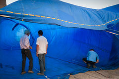春武里市,泰国- 2009年12月12日:审查员检查里面t 免版税库存图片