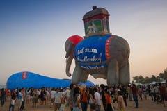 春武里市,泰国- 2009年12月12日:气球准备飞行 免版税图库摄影