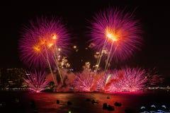 春武里市,泰国- 2015年11月28日:芭达亚国际烟花节日是在多个国家之间的竞争 免版税库存照片