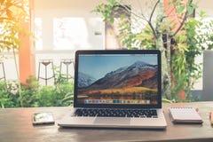 春武里市,泰国- 11月12,2017 :与赞成Macbook的办公室桌 库存图片