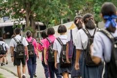 春武里市, THAILAND-AUGUST 3日2017年:对学校的泰国学生步行 库存图片