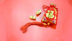 春节装饰:红色感觉织品小包或ang战俘w 图库摄影