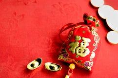 春节装饰:红色感觉织品小包或ang战俘w 库存照片