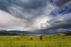 春雨和风暴在山 斯洛伐克绿色春天小山  库存图片