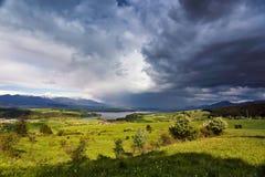 春雨和风暴在山 斯洛伐克绿色春天小山  免版税库存照片