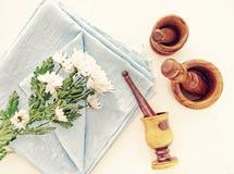 春黄菊白色菊花在与折叠餐巾或桌布的一种蓝色亚麻制织品 图库摄影