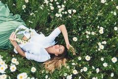 春黄菊的领域的一个女孩 免版税库存图片