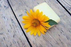 春黄菊自然肥皂和花  免版税库存图片