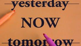 昨天,现在,明天 最佳的选择 概念 方法 计划 刺激 在橙色背景的词 工作区 艺术 库存图片