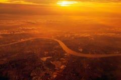 昭披耶河在日落期间的俯视图,泰国 免版税图库摄影
