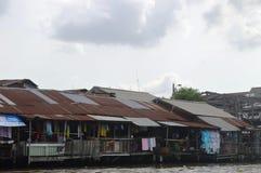 昭披耶河的曼谷房子 库存图片