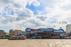 昭披耶河轮渡靠码头在Ta Wang郎Waterfron 免版税库存图片