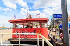 昭披耶河轮渡靠码头等待的乘客在 库存图片