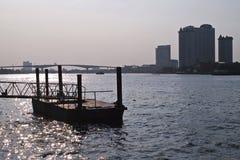 昭拍耶河反对桥梁和大厦的小船码头 免版税库存图片