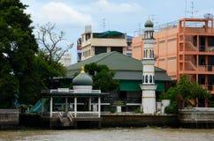 昭拍耶河银行的曼谷泰国绿色清真寺 库存照片