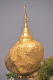 是一个佛教朝圣站点在孟邦,缅甸的知名的金黄岩石 免版税库存照片