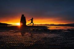是一个壮观的岩石在冰岛的北海岸的海 在这张照片Hvitserkur在海水反射在mi以后 免版税图库摄影