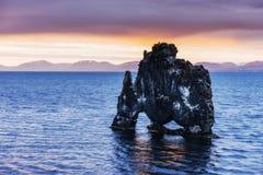 是一个壮观的岩石在冰岛的北海岸的海 在这张照片Hvitserkur在海水反射在mi以后 免版税库存图片