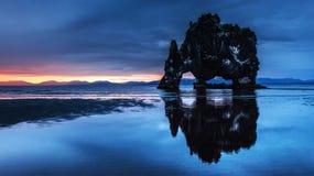 是一个壮观的岩石在冰岛的北海岸的海 在这张照片Hvitserkur在海水反射在mi以后 图库摄影