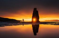 是一个壮观的岩石在冰岛的北海岸的海 在这张照片Hvitserkur在海水反射 库存图片