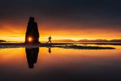 是一个壮观的岩石在冰岛的北海岸的海 在这张照片Hvitserkur在海水反射 库存照片