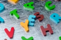 是与五颜六色的字母表块的词由木制成 事务 免版税库存照片
