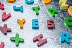 是与五颜六色的字母表块的词由木制成 事务 库存图片