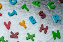 是与五颜六色的字母表块的词由木制成 事务 免版税库存图片