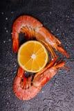 是与切片的两只皇家虾柠檬 免版税库存照片