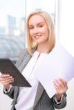 是专业的女实业家繁忙的在工作 免版税库存图片
