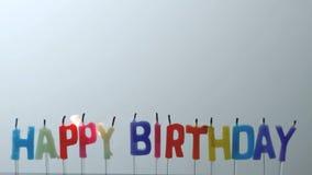 是五颜六色的生日快乐的蜡烛盛开的  股票视频