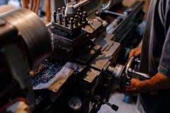 是亚洲人的工匠加工的钢在工厂 免版税库存照片