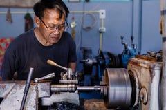 是亚洲人的工匠加工的钢在工厂 免版税库存图片