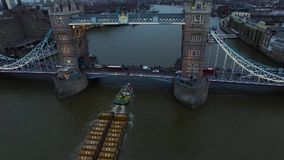 是伦敦塔桥在伦敦横渡泰晤士河偶象地标的鸟瞰图 影视素材