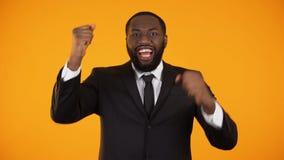 是做姿态,成功的起动的快乐的非裔美国人的商人 股票录像