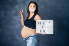 是傻的和享受人生的怀孕和母性概念的孕妇 库存照片