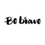 是勇敢的:激动人心的词组,好心情的行情 刷子书法,手字法 免版税库存照片
