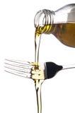 是在倾吐的匙子上的油橄榄 免版税库存图片