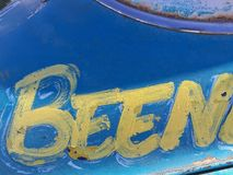 是在蓝色金属背景的黄色油漆文本 免版税库存照片