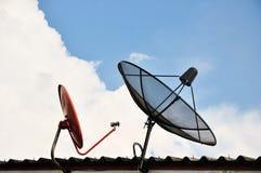 是壁角盘房子安装的卫星 图库摄影